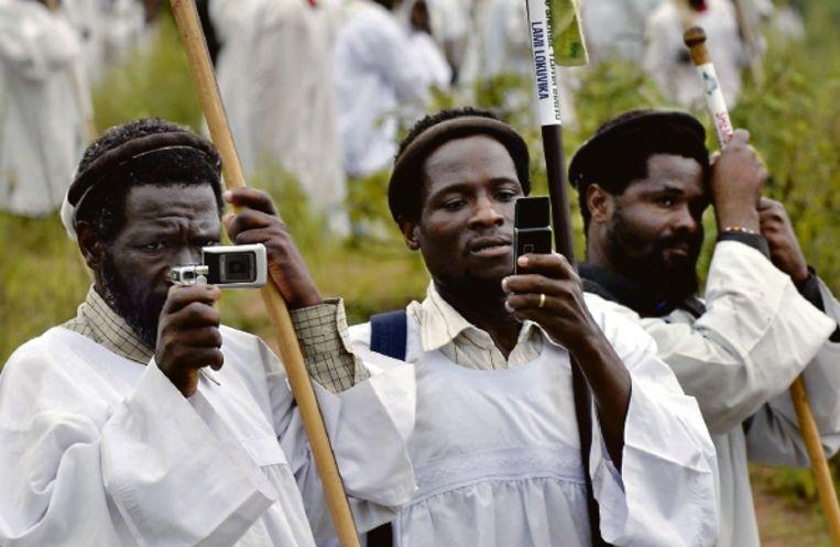 In Afrika zijn inmiddels 400 miljoen mobiele telefoons in gebruik. (FOTO REUTERS ) Beeld REUTERS