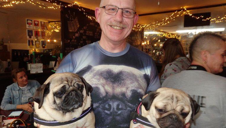 René Scholte met Mopsie en Fenna. Op zo'n T-shirt zien ze er nog best vervaarlijk uit. Beeld Schuim