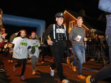 Rennen in klederdracht tijdens klompenrace in Rouveen