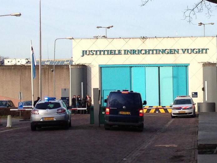 De politie was maandag bij de gevangenis in Vught massaal op zoek naar de ontsnapte gevangene.