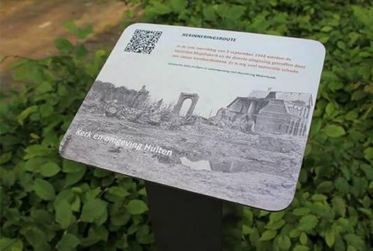 Een van de herinneringsbordjes. Deze is eerder al geplaatst in Hulten.