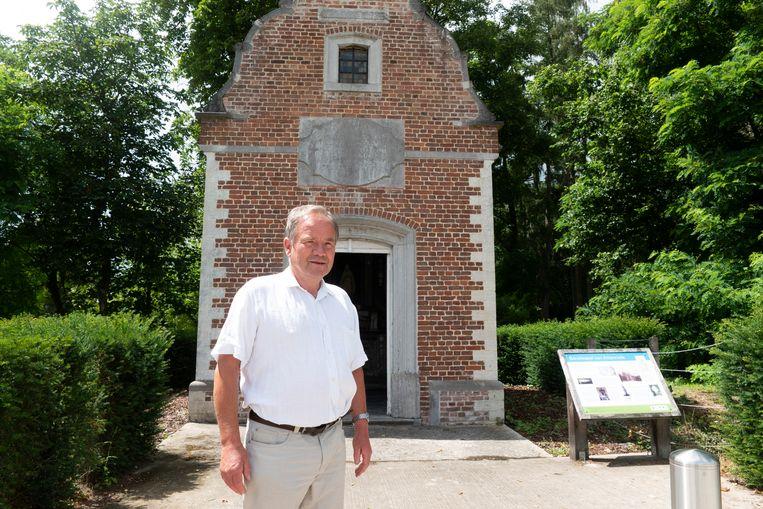 Baron de l'Escaille voor de barokkapel in Attenrode