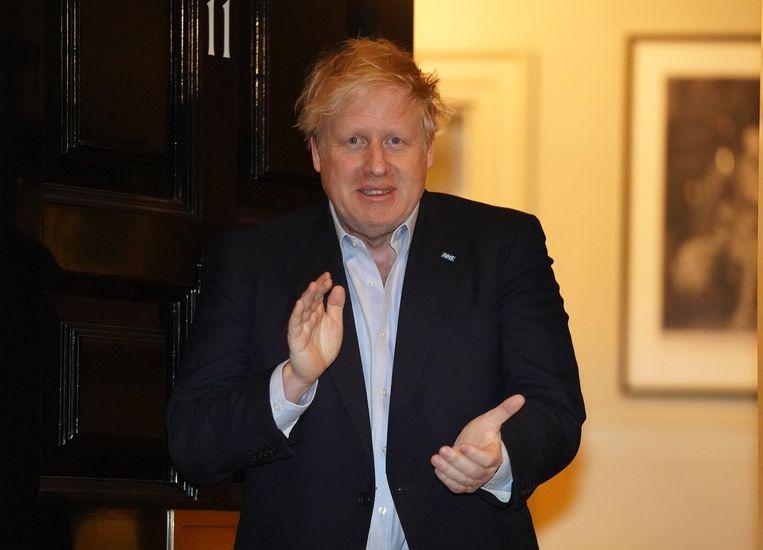 Premier Boris Johnson klappend voor het zorgpersoneel aan Downing Street 10 op 2 april, enkele dagen voor hij in het ziekenhuis werd opgenomen met COVID-19.