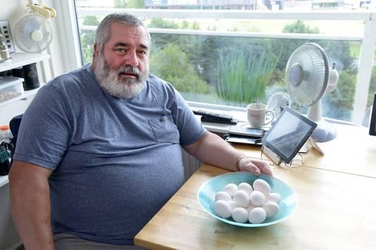 Cees Nieuwkerk samen met de verdachte eieren die nog over zijn van zijn aankoop. Foto Jan Stads / Pix4Profs