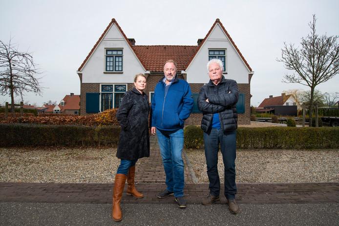 Petra en Dick Post (links) met buurman Ben Demmer. Ze balen ervan dat De Goede Woning huizen verhuurt aan nieuwe huurders, terwijl ze volgens hen alleen verkocht zouden worden.