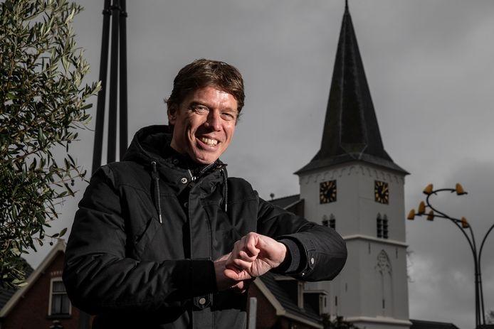 Mark Lammertink stoorde zich al een tijdlang aan de verkeerd beierende kerkklokken in Holten. Het euvel is na een reparatie - voorlopig - verholpen.