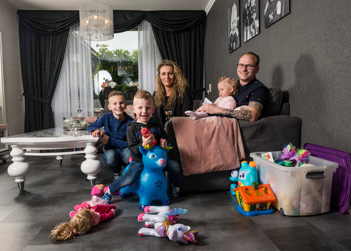 Johannes Pfeifer, zijn 'vrouw' Alie Bakker en kinderen (Luciano, Djairo en Lorena) willen graag terug in de woonwagen.