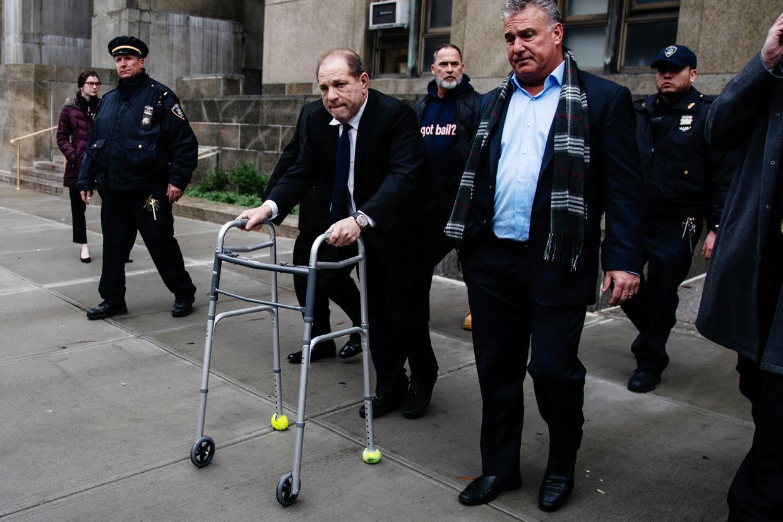 Harvey Weinstein verlaat de rechtszaal na een zitting in New York.