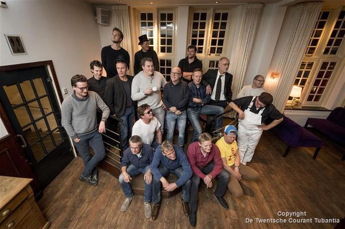 Alle deelnemers aan het Maggistraal Absurd Cabaret bij elkaar in 't Oale Roadhoes. Op 10 december staan ze voor een bomvolle zaal. De opbrengst komt ten goede aan de CliniClowns.
