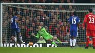 Van schlemiel tot ware held: Mignolet voorkomt met cruciale penaltysave nederlaag tegen Chelsea