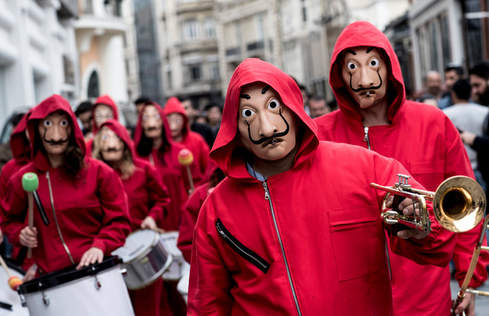 Demonstranten in Istanboel gaan gekleed in de kleding die de overvallers in de serie  La casa de papel ook dragen.
