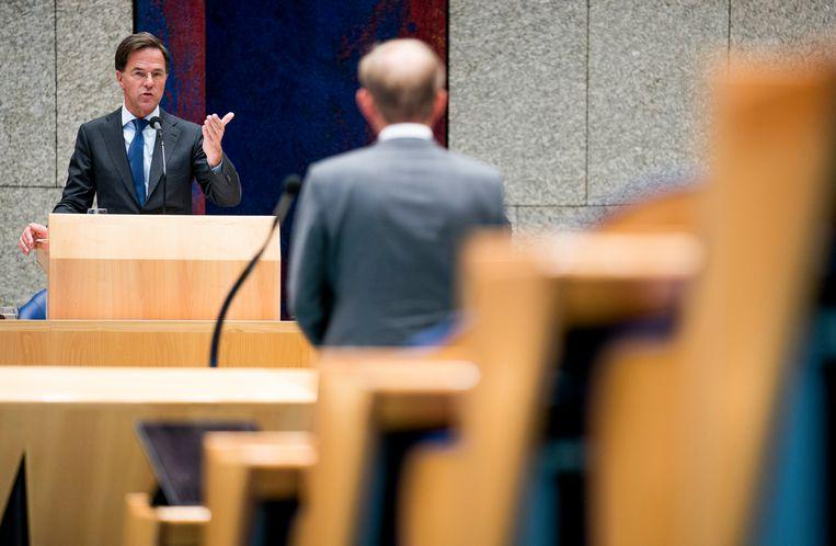 Premier Mark Rutte oog in oog met SGP-leider Kees van der Staaij tijdens de tweede dag van de Algemene Politieke Beschouwingen in de Tweede Kamer. Beeld Freek van den Bergh