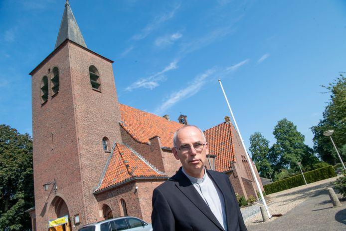 Pastoor André Monninkhof met de Brigittakerk op de achtergrond.