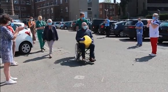 De collega's van Marc Vanherck vormden een indrukwekkende erehaag toen hij het ziekenhuis mocht verlaten.