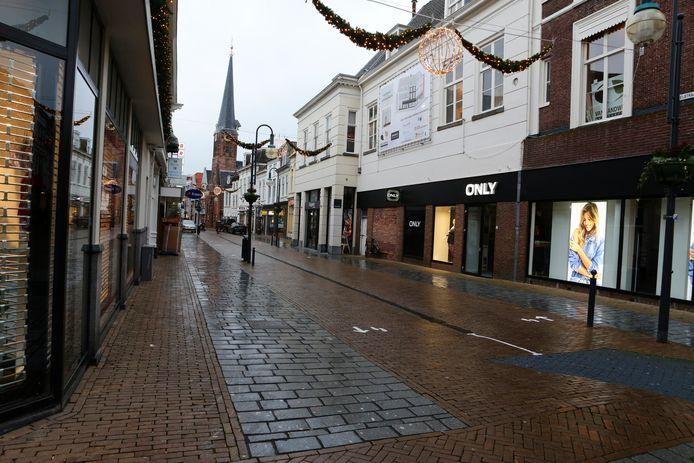 Archieffoto: het is rustig in de Gorcumse binnenstad nu de niet-essentiële winkels zijn gesloten.
