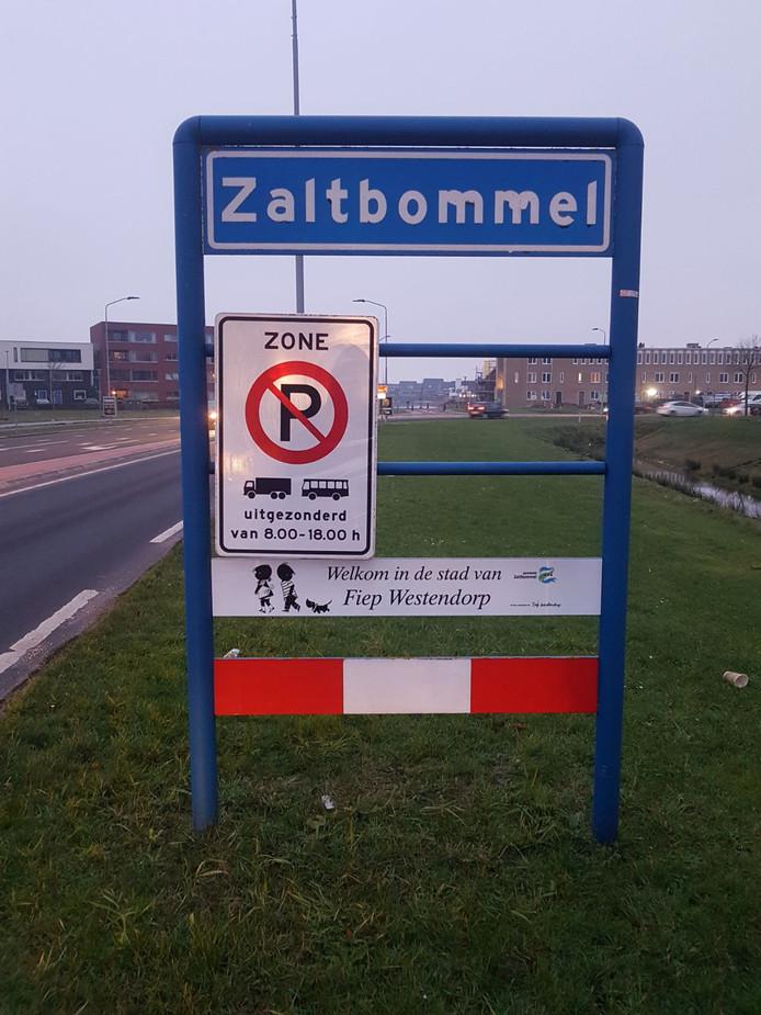 Nieuw bord over Fiep Westendorp bij entree van Zaltbommel