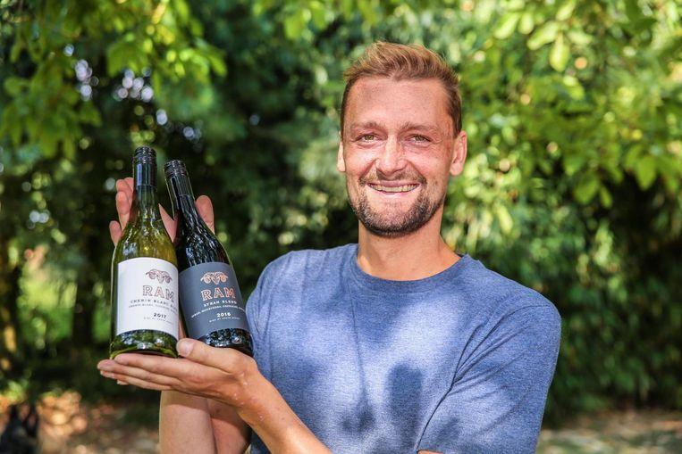 Shaun Crombé stelt zijn wijn 'Ram' voor. De naam verwijst naar zijn strijd tegen leukemie.