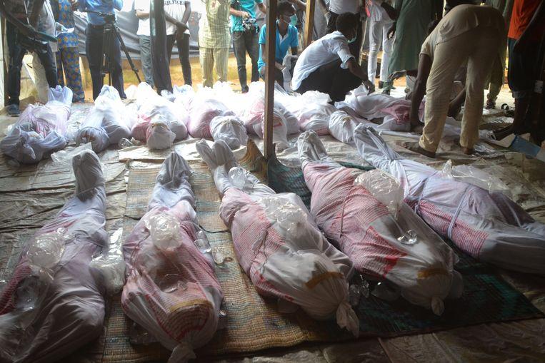 De doden worden verzameld zodat familieleden het lijk kunnen identificeren.