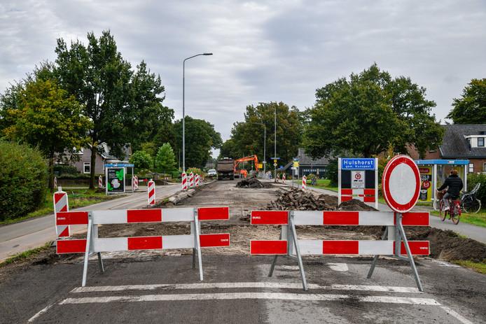 Het gedeelte van de Harderwijkerweg binnen de bebouwde komt van Hulshorst is volledig afgesloten. Veel auto's wijken daarom uit naar het fietspad.