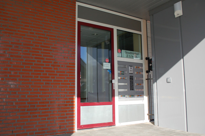 De entree van het appartementengebouw aan de Goudmijnhof.