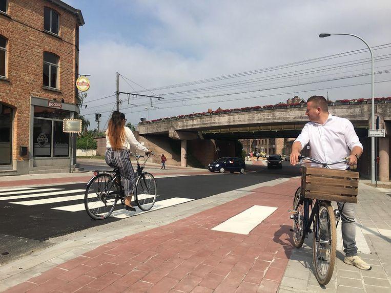 Op het vernieuwde fietspad in de Verriestlaan rijden, jongedame. Schepen Axel Weydts is watching you. De foto is aan volkscafé Victoria genomen.