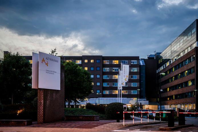 Personeel van de ziekenhuizen in Lokeren en Beveren moeten bijspringen in Sint-Niklaas om de toevloed aan COVID-patiënten de baas te kunnen.
