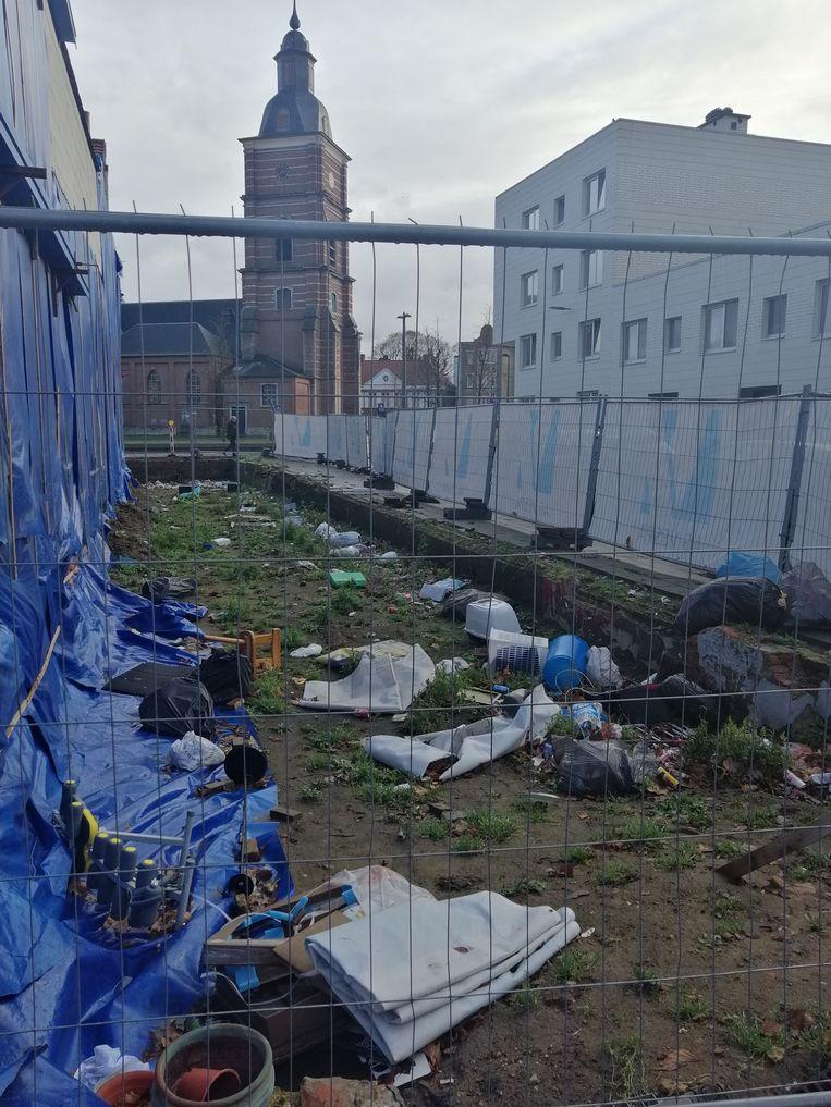De werf met op de achtergrond de Sint-Bartholomeuskerk in het hart van Merksem