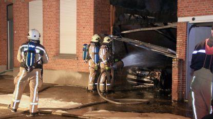 Auto en garage gaan in vlammen op