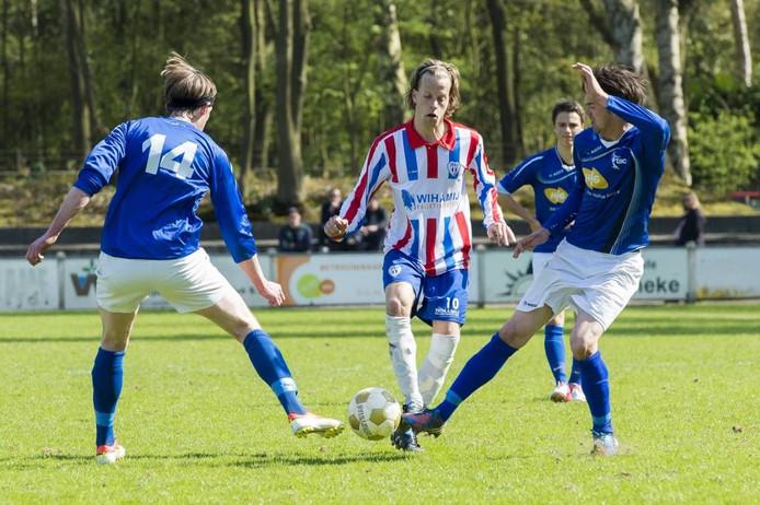 Marvin Dijkstra van JEKA probeert langs Martijn Timmermans (TSC, nr. 14) en Gidy de Leeuw te komen. foto René Schotanus/het fotoburo