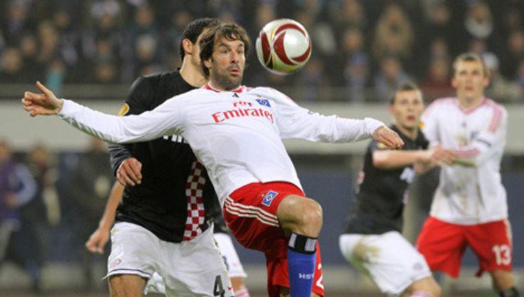 Ruud van Nistelrooy van Hamburger SV vecht voor de bal met Francisco Rodriguez van PSV. Foto EPA Beeld