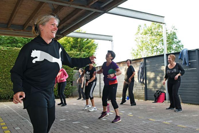 Tamara Heeren geeft nu lessen buiten op de parkeerplaats van haar balletstudio in Zevenbergen.