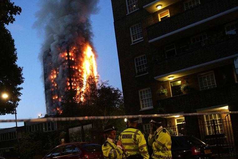 Een enorme brand in een appartementencomplex in Londen.  Beeld AFP