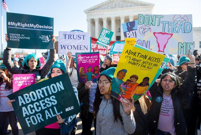 Jonge vrouwen betogen aan het Supreme Court in Washington voor het recht op abortus.
