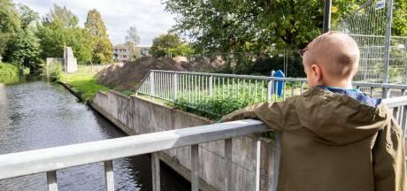 Tieners duwen Damiën (8) in water voor TikTok-film, 'Mijn zoontje is gered van verdrinking'