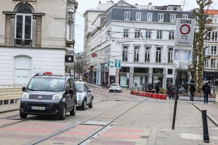 Drie auto's, allen met Franse nummerplaat, negeren de knip aan het Koophandelsplein. Zonder gevolgen.