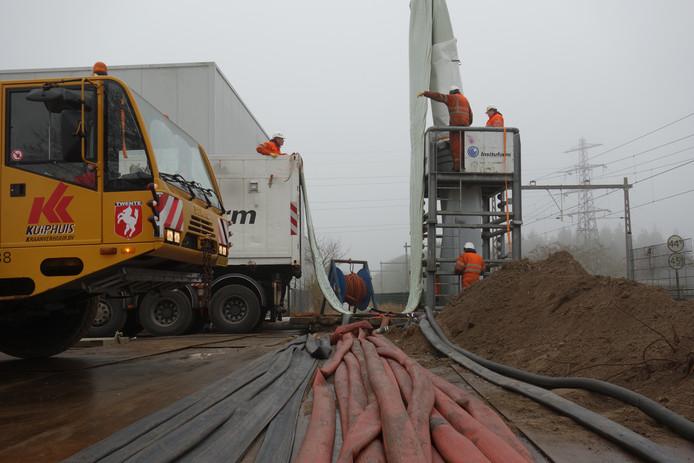 Het werk gebeurt vlak langs de spoorlijn. Dat is gevaarlijk vanwege de spanning op de bovenleiding.