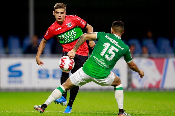 Bart van Rooij passeert Dwayne Green van FC Dordrecht. De jonge NEC-verdediger speelde twee van de drie EK-kwalificatie wedstrijden met Oranje onder 19.