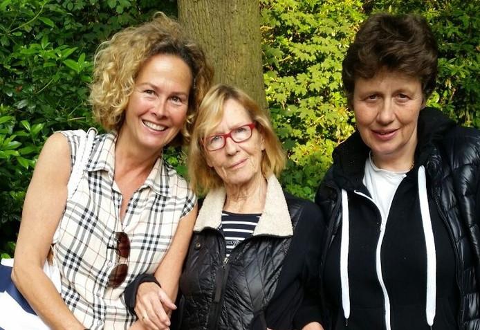 Christina Soeters tussen haar dochters Margita (links) en Colinda tijdens het bezoekuur in het psychiatrisch ziekenhuis.