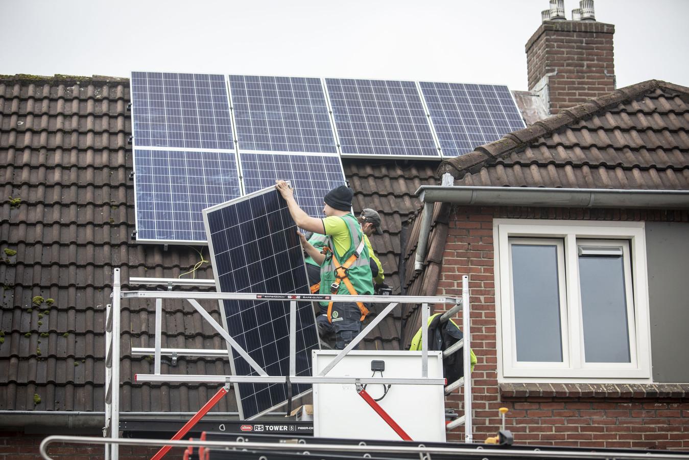 Huizen in Almelo worden voorzien van zonnepanelen.