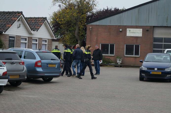 Politieagenten vallen een drugspand in Veen binnen.