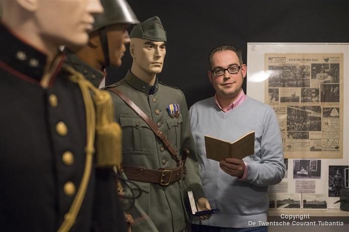 Bert-Jan Dierink naast het paradepaardje: het complete uniform van majoor Van Loo