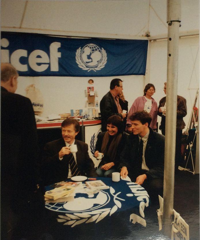 Minister Joris Voorhoeve en NOS-verslaggeefster Pauline Broekema aan de koffie, vlak voor het telefoontje: Srebrenica is gevallen!