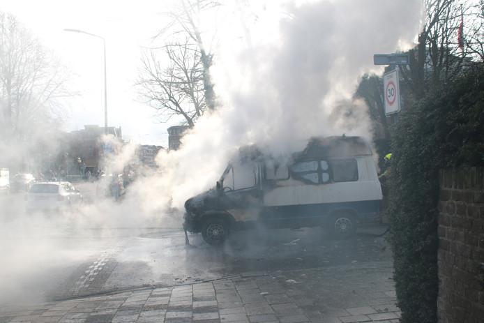 Een kampeerauto is vanmiddag volledig uitgebrand op de Rijslag in Den Haag.