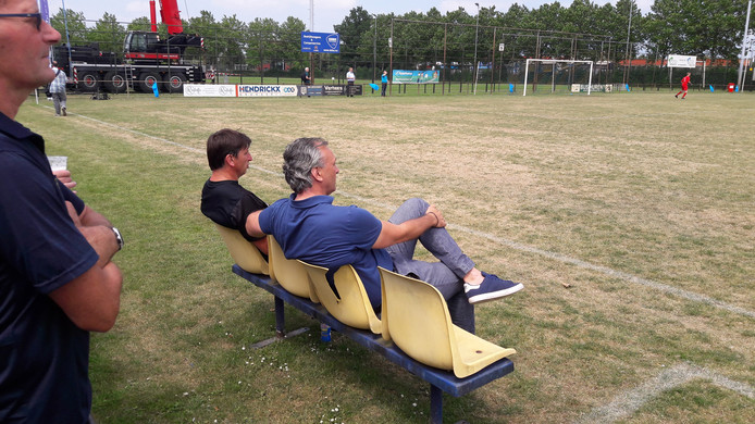 Voormalig PSV-vedette Luc Nilis (links) begon het duel in Etten-Leur op de bank naast gelegenheidscoach Robert Maaskant.