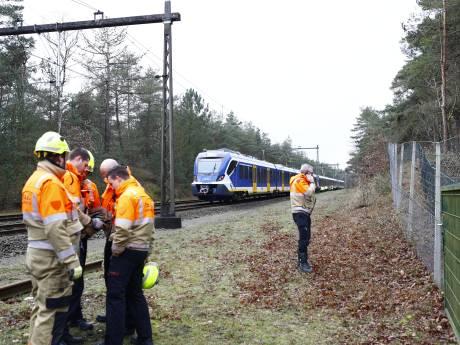 Treinverkeer tussen Amersfoort en Zwolle urenlang plat, tientallen reizigers uit gestrande trein gehaald