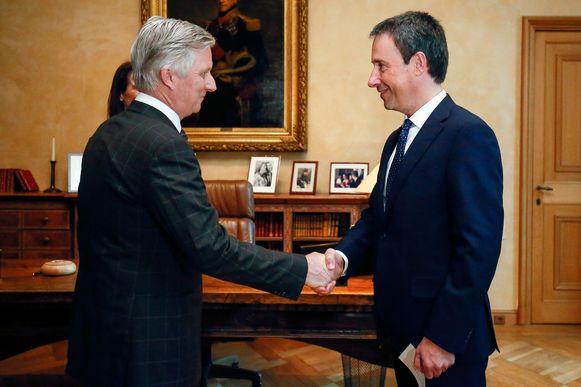 Nu Didier Reynders (MR) officieel Europees commissaris is geworden, neemt Philippe Goffin als minister zijn bevoegdheden Buitenlandse Zaken en Defensie over. Bij koning Filip legde hij zaterdagmiddag de eed af, in het gezelschap van premier Sophie Wilmès.