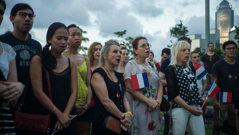 In Hong Kong wordt een wake gehouden ter nagedachtenis aan de slachtoffers in Nice. Beeld afp