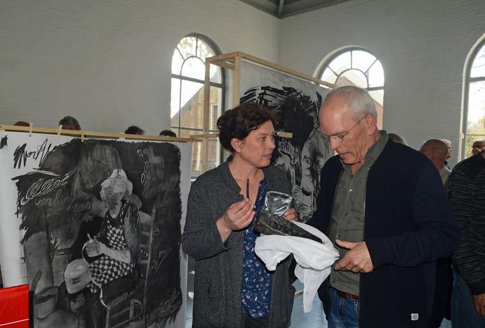Kunstenares Liesbeth Labeur opende zaterdag haar tentoonstelling 'Wij hebben wilgentakjes verbrand'. Rechts Bas van Damme van het bestuur van De Bewaerschole.