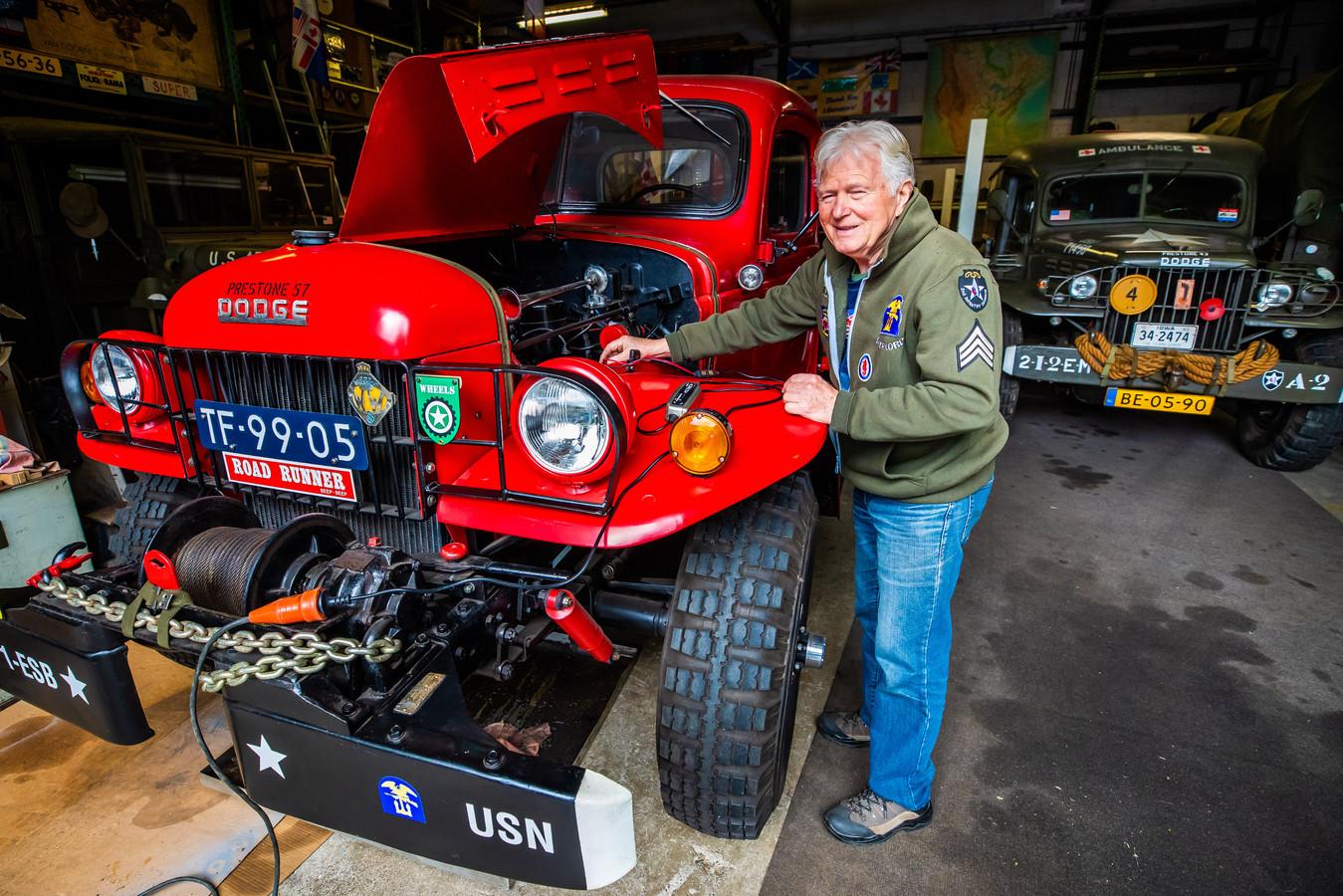 Harrie Vrienten in zijn garage in Waalwijk waar hij oude legervoertuigen opknapt