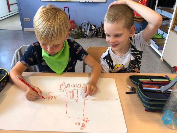 De kinderen aan de slag in de klas.
